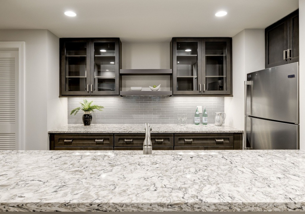 A beautiful quartz countertop on a walk-behind wet bar at Summer Creek.